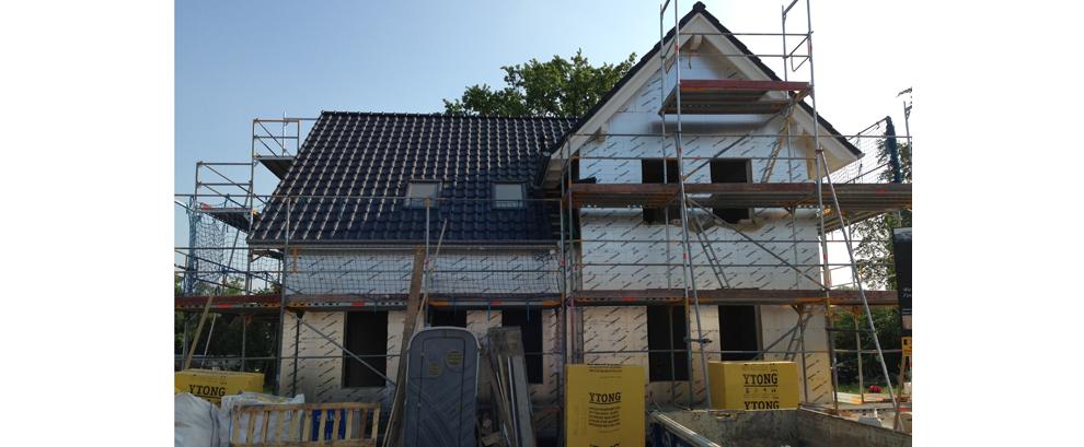 Das Dach ist gedeckt und mit Veluxfenstern ausgestattet